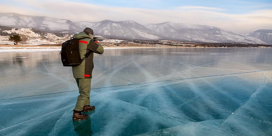 Photographe sur la glace du Lac Baikal